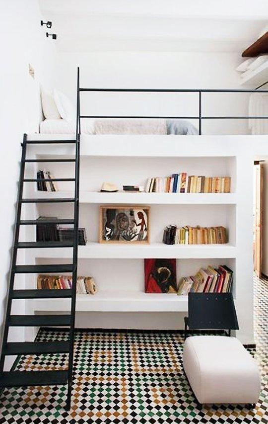 Puedes mantener la decoración de la cama loft en lo mínimo usando blanco o sus tonalidades. Mientras que la decoración mas intensa y dramática llamaría la atención abajo.