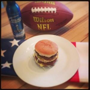 Selbst gemachter BigMac mit Deko aus amerikanischer Flagge und einem Football