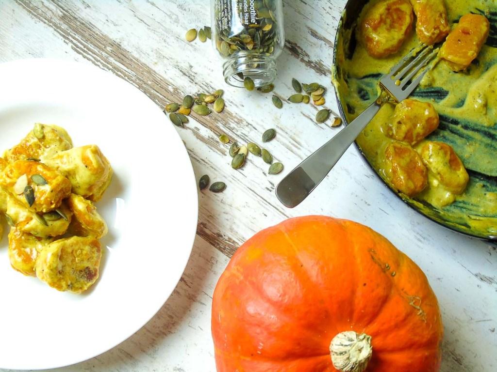Kürbis Gnocchi mit Curry Sauce und Kürbiskern-Topping