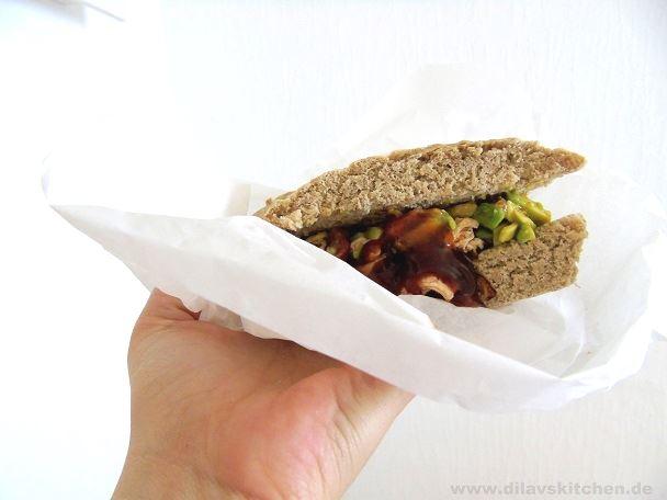 Pulled Chicken Sandwich mit Avocado-Tomaten-Salsa