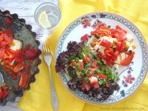 Gebackener Feta mit Sommergemüse und Salat auf Teller von Villeroy & Boch