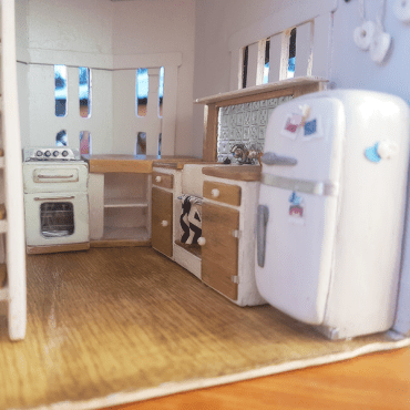 El Cheapo Dollhouse gets a kitchen…
