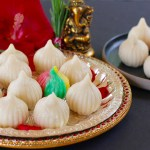 Ukadiche Modak {Steamed rice dumplings with coconut and jaggery stuffing}