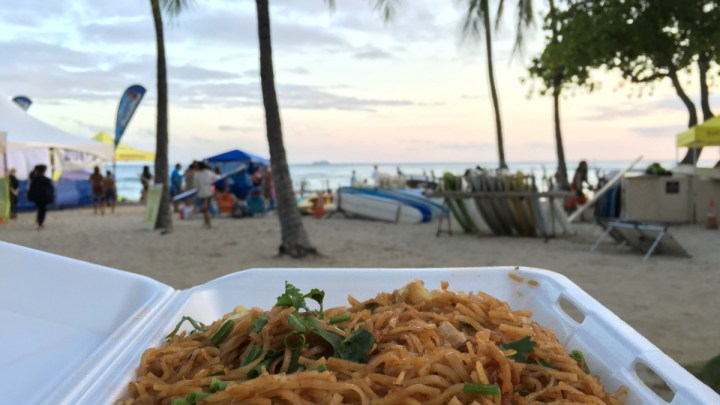 キングズビレッジファーマーズマーケット新鮮フルーツをゲット。ワイキキのビーチで心地よいディナーを!
