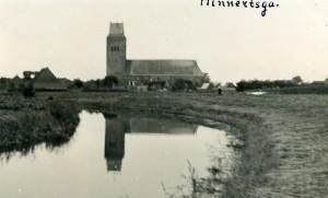 Een unieke foto met de kerk en toren spiegelend in het water (ca. 1937).