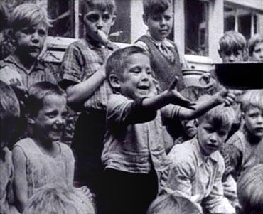 Kinderen vragen eten - Bron: http://www.Verzetsmuseum.org