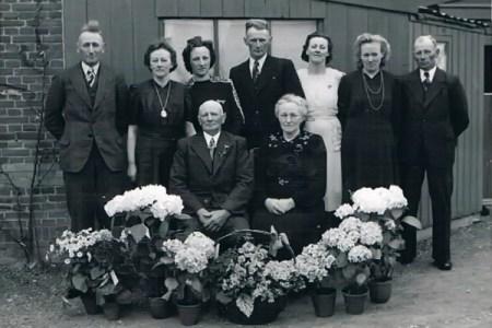 Achter vlnr: Okke, Geertje, Minke, Oeds, Jetske, Jeltje en Jan. Voor Obbe de Roos en Welmoed Jansma