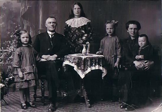 Vlnr: Pierie, Berend de Vries, Ruurdtje, Trijntje (Tiene), Tjalletje Hannema met op schoot Piet