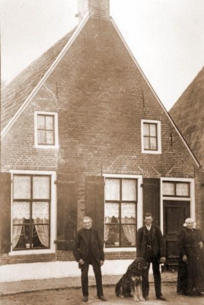 Woning aan de Tilledyk, hoek Tsjillen. Vlnr: Frederik Roelofs Lelia, Roelof Frederiks Lelia en Janke Jacobs Groeneveld