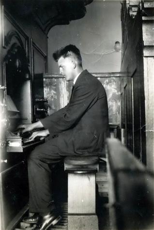 Douwe achter het klavier van het Hinsz-orgel dat bij de grote kerkbrand in 1947 verloren is gegaan