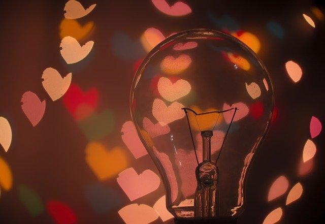 散らばるハートと電球