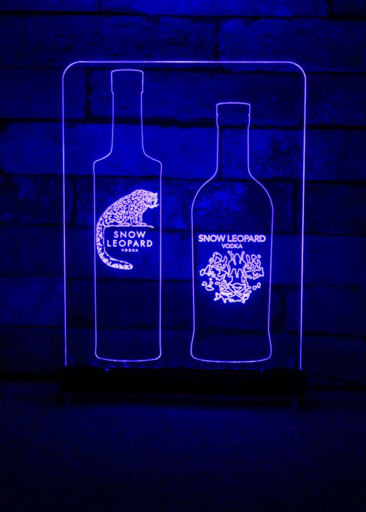 펍이나 클럽, 라운지 테이블 위에 빼놓을 수 없는 영롱한 LED 아크릴 사인.