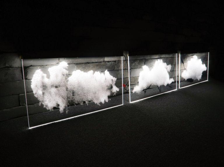 구름 LED 사인. 넓은 사무실 천정에 전등 대용으로 수십 개를 설치하였습니다.