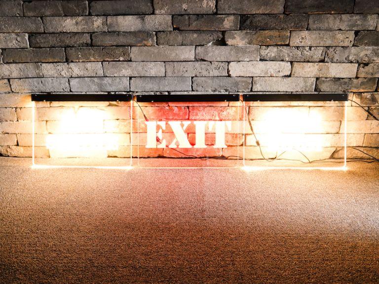직광이 들지 않는 실내 공간에 초점 맞춰 촬영한 예