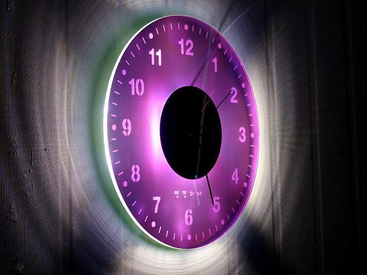오로라 시계 조명시계 투명시계 001 IMG 6548 다이크로익 벽시계 시계선물 시계조명 주문제작시계