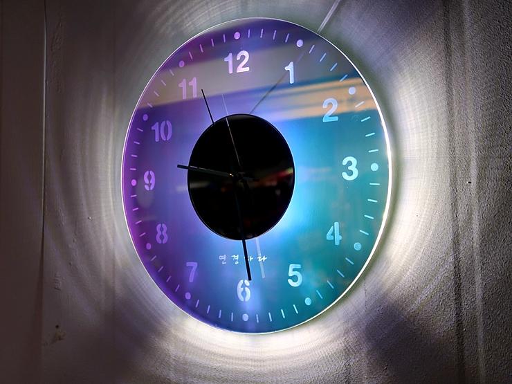 오로라 시계 조명시계 투명시계 004 IMG 6558 다이크로익 벽시계 시계선물 시계조명 주문제작시계