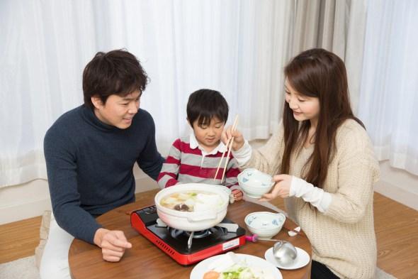 カセットコンロ 食事をする家族