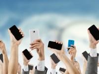 au携帯を持つ人達 イメージ
