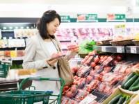 スーパーマーケットでお買い物をする女性