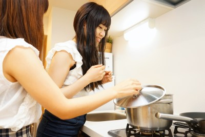 Airbnbの宿泊先で料理をする人達