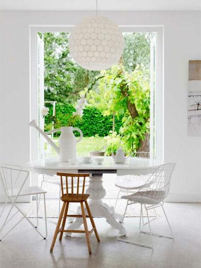Casa de jantar em tons brancos