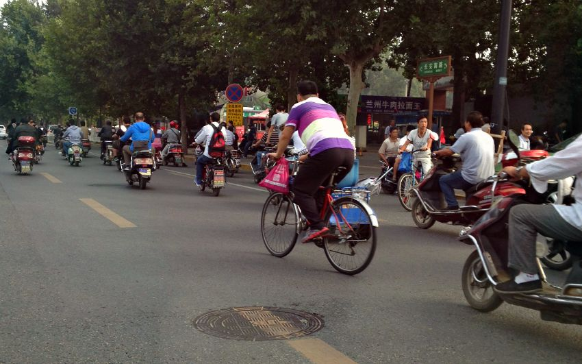 China: It's a mad bike culture in Xi'an.... mass commute to work Monday morning!