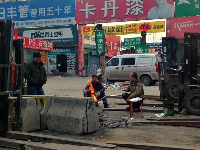 China: Winter is here! The fire is lit! #WorkmeninChina #roadside #XianScenes