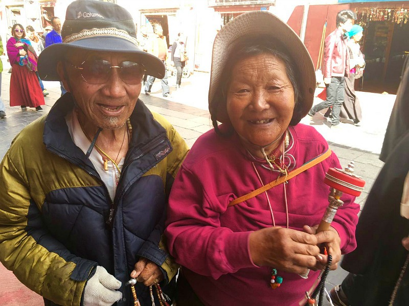 tibetan-couple-in-the-streets-of-lasa