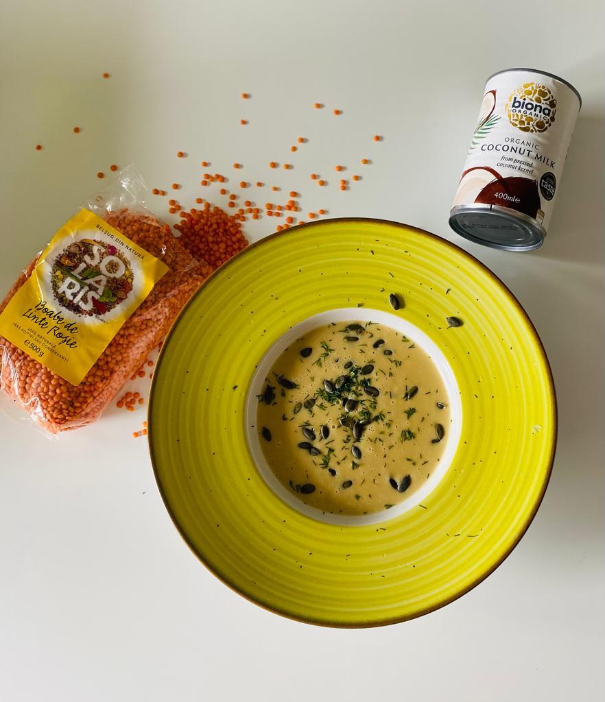 Supa crema de linte rosie cu lapte de cocos si seminte de dovleac crude