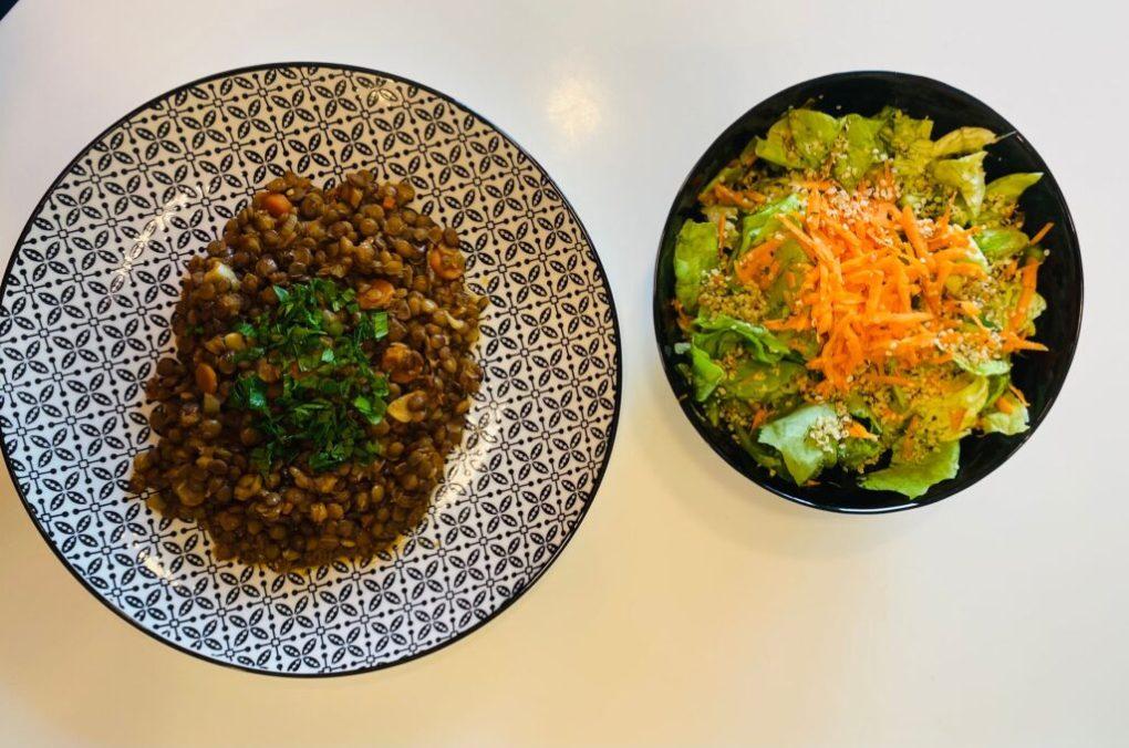 Mancare de linte verde, tocanita de linte cu salata de cruditati