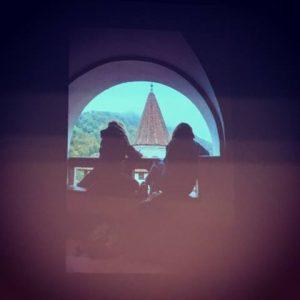 Carson Ellis si Wendy MacNaughton desenand castelul Bran