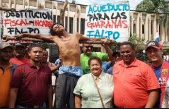 FALPO realiza crucifixión para exigir destitución del fiscal de SFM