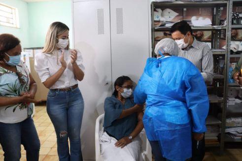 na presenca do prefeito rigo teles tres profissionais da saude sao vacinados contra o coronavirus em barra do corda 1 1024x682 - Na presença do prefeito Rigo Teles, três profissionais da saúde são vacinados contra o coronavírus em Barra do Corda