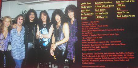 Na foto do encarte, os 4 membros originais aparecem juntos....