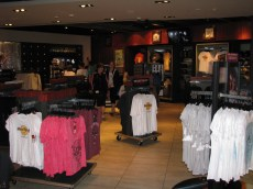 A loja é bem grande e com diversas opções