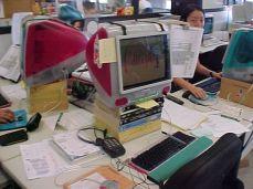 Ambiente típico: iMac e muito papel