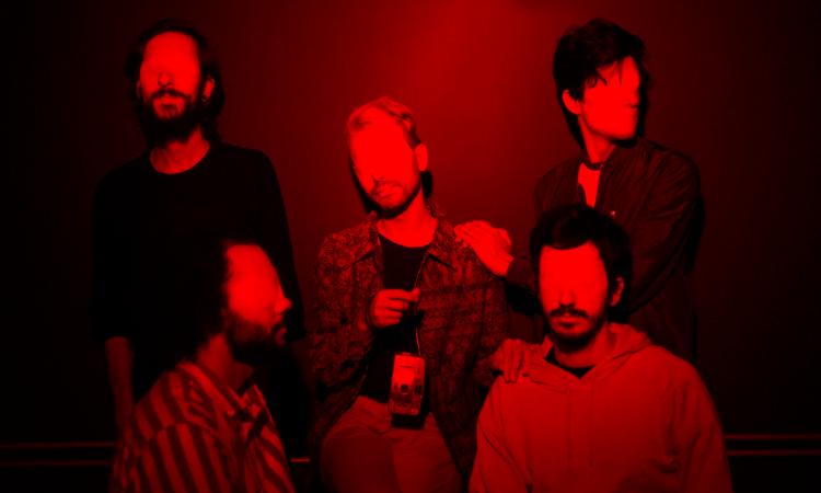 'NVMO': Banda Alaska se mostra diferente em novo single