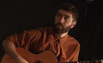 "Califrê, cantor e compositor paulista lança clipe do single ""Polaroid""."