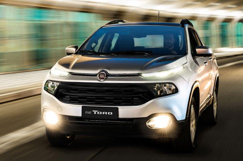Pese al contexto, Fiat intenta cumplir la promesa de seguir apostando a la Argentina. Para eso, y completando la gama Toro, la automotriz lanzó la versión naftera de esta pick up.  Está impulsada por un motor 1.8 e-Torque evolucionado que entrega 130 caballos de fuerza, asociado a una caja automática de seis marchas y tracción 4x2. Por la configuración del impulsor, la Toro naftera tiene una capacidad de carga de 650 kilos y no de 1 tonelada como la versión diesel.  En cuanto al equipamiento no hay muchas novedades, ya que está basado en el nivel Freedom que tienen las versiones gasoleras, que incluye tapizado de cuero, climatizador automático bi-zona, cámara y sensores de estacionamiento traseros, control electrónico de estabilidad (ESC) y de tracción (TC), ayuda al arranque en pendiente (HLA); siete airbags (frontales, laterales, cortina y rodilla conductor); sistema de frenos ABS + EBD; sistema Torque Transfer Control (TTC); control electrónico antivuelco (ERM); sistema de asistencia al frenado de emergencia (PBA) y anclajes Isofix. La Toro naftera sale al mercado con un valor de 750.000 pesos y una garantía de tres años o 100.000 kilómetos.