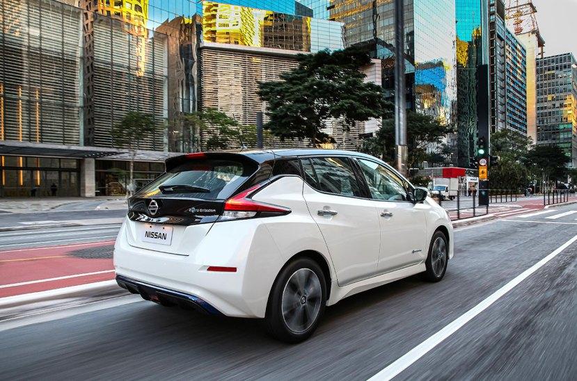 La participación de Nissan en la Argentina va en aumento. Las inversiones realizadas y el comienzo de la fabricación de la pick up Frontier en Córdoba son muestras claras que la marca tiene a este país como uno de sus principales bastiones en la región. Pero el camino es largo y la oferta tiene que crecer. En esa línea, la automotriz japonesa lanzó oficialmente el Leaf para el mercado local. Se trata de un hatcback 100 % eléctrico, cuya preventa comenzó a principios de este año y del cual se anunció que se entregarán 85 unidades en las próximas semanas. En cuanto al vehículo en sí, hay que destacar que tiene un motor de 149 CV y 320 Nm, alimentado por baterías de iones de litio de 40 kwh. Para prolongar su utilización, el Leaf tiene un modo de manejo inteligente y un e-pedal que va regenerando energía durante el frenado. Aun así, en una estación de cara rápida, el motor recupera el 80% en 40 minutos. Pero si la carga se realiza en un toma doméstico de 220 voltios, llenar la batería demora 20 horas. Por otra parte, el Nuevo modelo de Nissan con avanzadas tecnologías de seguridad y comodidad, como freno automático de emergencia, visión 360, alerta de punto ciego, control de tracción, asistente de arranque en pendiente, alarma de tráfico cruzado, alerta pre colisión, frenos ABS con EDB, y mantenimiento de carril.  El Leaf viene importado de Inglaterra y tiene un valor final (con Wall box de cara incluido) de 63.600 dólares.