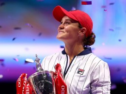 barty_wta_finals_2019_trophy