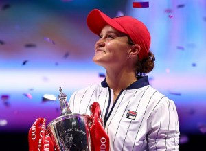 barty_wta_finals_2019_trophy
