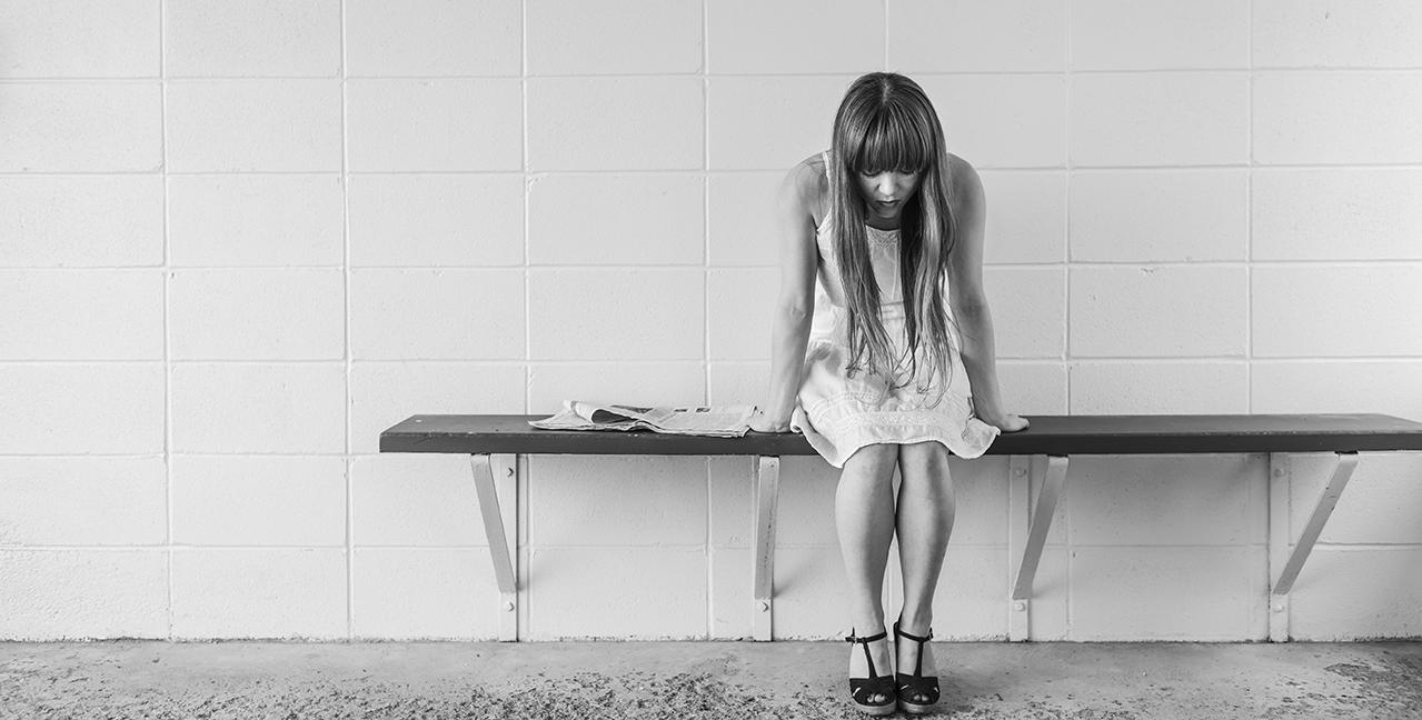 mujer con ansiedad en un banco
