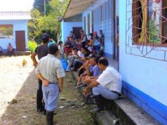 Personas desplazadas en la escuela de la inspección del Placer