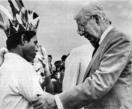 El ex presidente Virgilio Barco, durante la entrega del territorio a los indígenas en Putumayo. semana.com