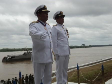DE IZQUIEDA A DERECHA CONTRALMIRANTE CALLE COMANDANTE SALIENTE Y CAPITAN DE NAVIO FLOREZ COMANDANTE ENTRANTE