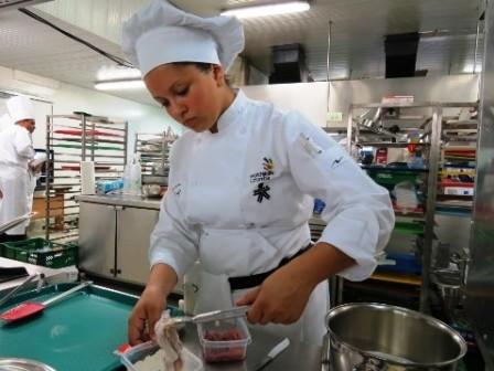 2.Kelly Navarrete, aprendiz del Técnico en Cocina,  se destacó por su innovación en la presentación de los platos.