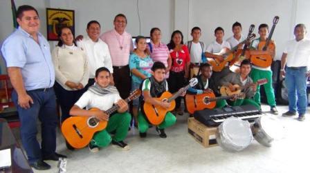 Estudiantes reciben instrumentos musicales