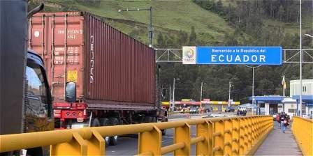 Foto: Rafael Quintero/El Tiempo Los colombianos que abandonan el país, víctimas de los grupos ilegales, atraviesan el puente Rumichaca para ir a Ecuador, sin dinero pero con esperanza.