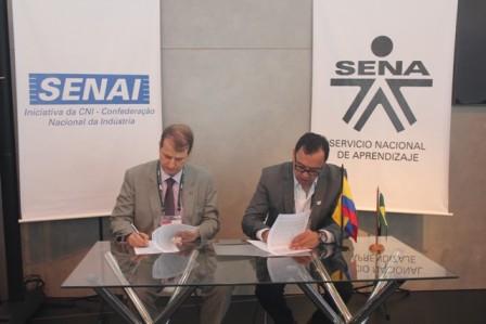 Momentos en los que los directores generales de SENAI, Rafael Lucchesi, y del SENA, Alfonso Prada, protocolizan la prórroga de la alianza de cooperación entre los dos gigantes de la formación profesional.